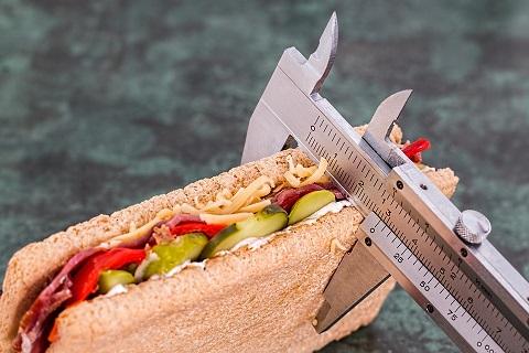 För att äta 1500 kcal om dagen för att nå en viktnedgång kräver att du kan väga och mäta mängden mat du äter.