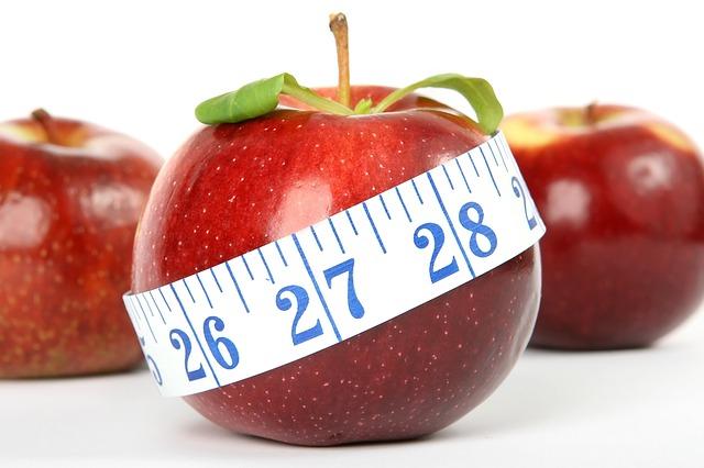 För att gå ner i vikt behöver du inte lägga dig hungrig. Ät en mindre mängd kalorier för att tysta magen.